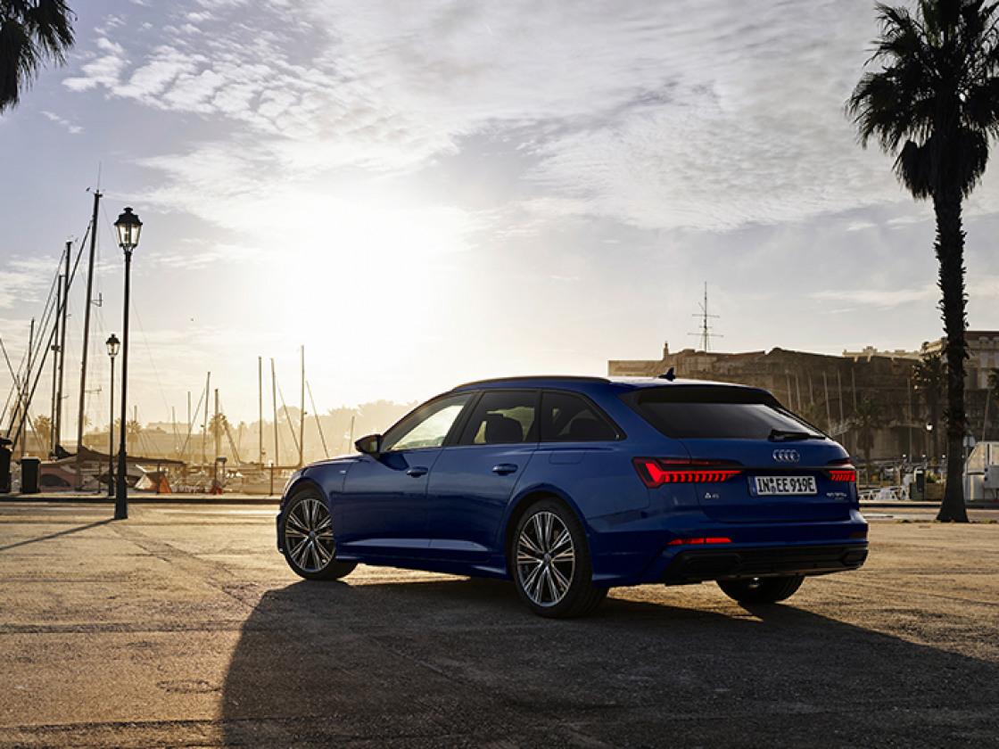 Blauwe Audi A6 Avant met uitbreiding