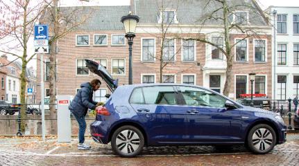 https://axynoohcto.cloudimg.io/crop/431x240/n/https://s3.eu-central-1.amazonaws.com/muntstad-nl/04/elektrisch-rijden-openbaar-opladen.jpg?v=1-0
