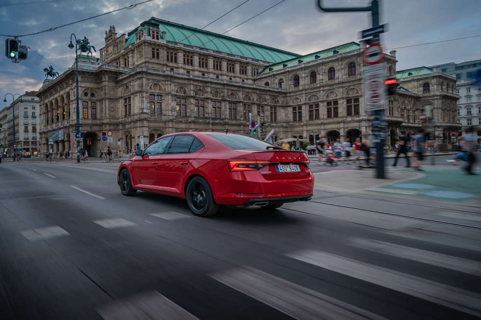 https://axynoohcto.cloudimg.io/crop/980x653/n/https://s3.eu-central-1.amazonaws.com/muntstad-nl/08/201909-skoda-superb-hatchback-21.jpg?v=1-0
